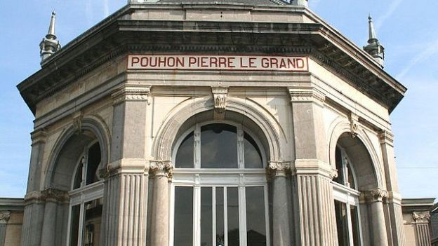 Bâtiment abritant le « pouhon » ou source du Tzar Pierre le Grand